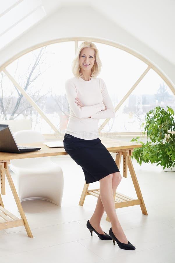 行政中部年迈的女实业家在办公室 库存图片