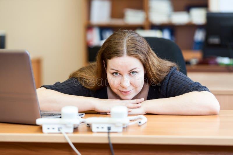妇女等待的电话在办公室 免版税库存图片