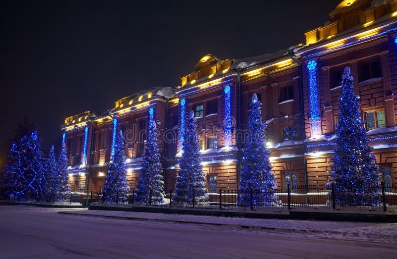 行政大厦,前省古典男性健身房穿戴的圣诞灯在托木斯克 库存图片