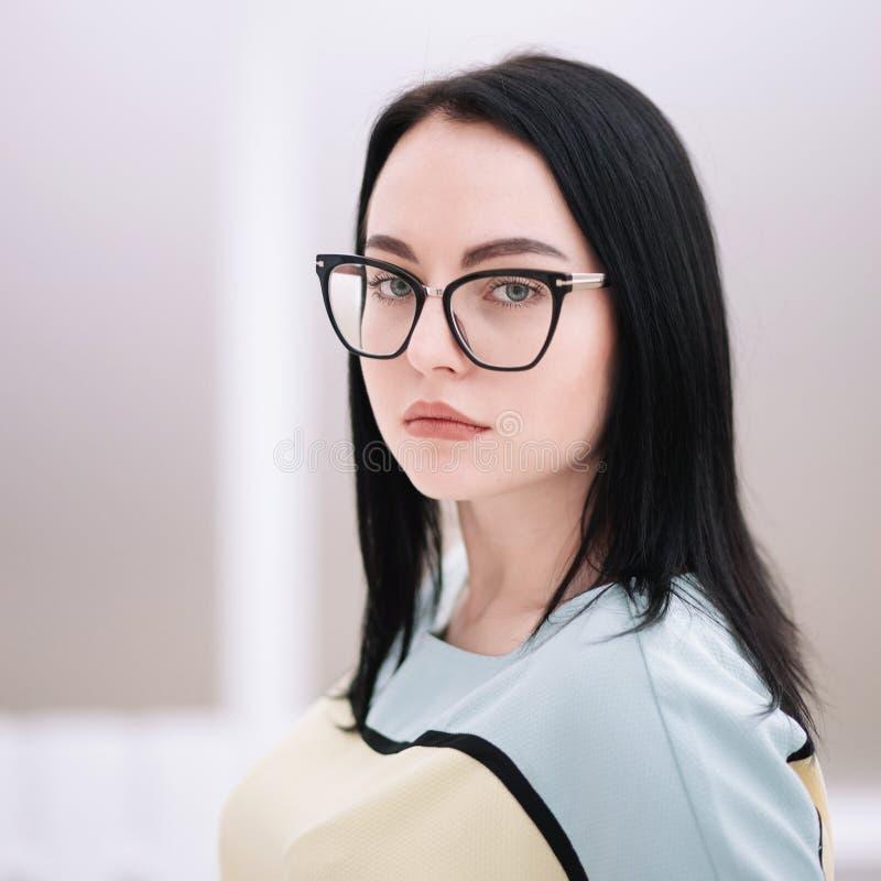 行政女商人画象戴眼镜的 免版税库存图片