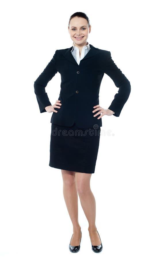 行政女性现有量她摆在的腰部 免版税库存图片