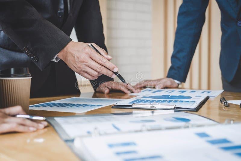 行政队谈论运作在经营战略和财政计划对投资赢利的图和图表,谈论 库存图片