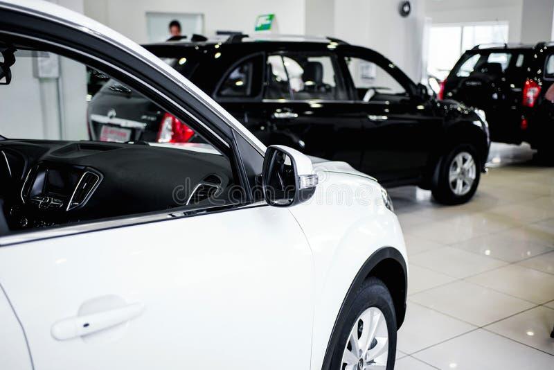 行新的汽车看法在经销权的 免版税库存照片