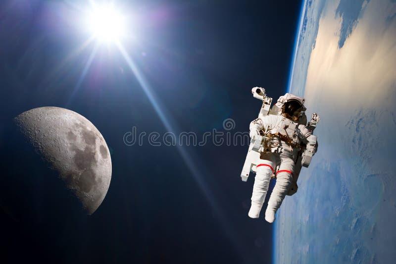 行星与船和stronaut的地球和月亮轨道 这个图象的元素由美国航空航天局f装备了 免版税图库摄影