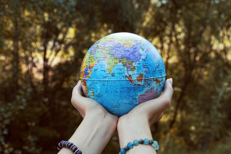 行星在我们的手里 除我们的行星外 免版税库存图片