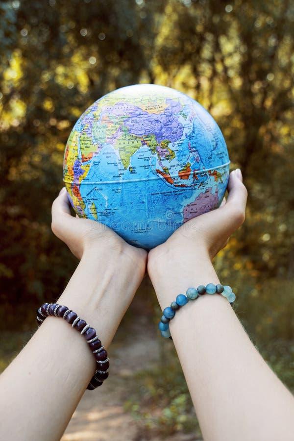 行星在我们的手里 除我们的行星外 库存图片