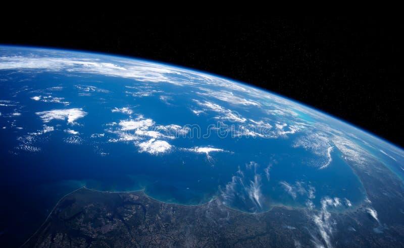 行星地球关闭看法与在回报这个图象的元素日出3D期间的大气由美国航空航天局装备了 皇族释放例证