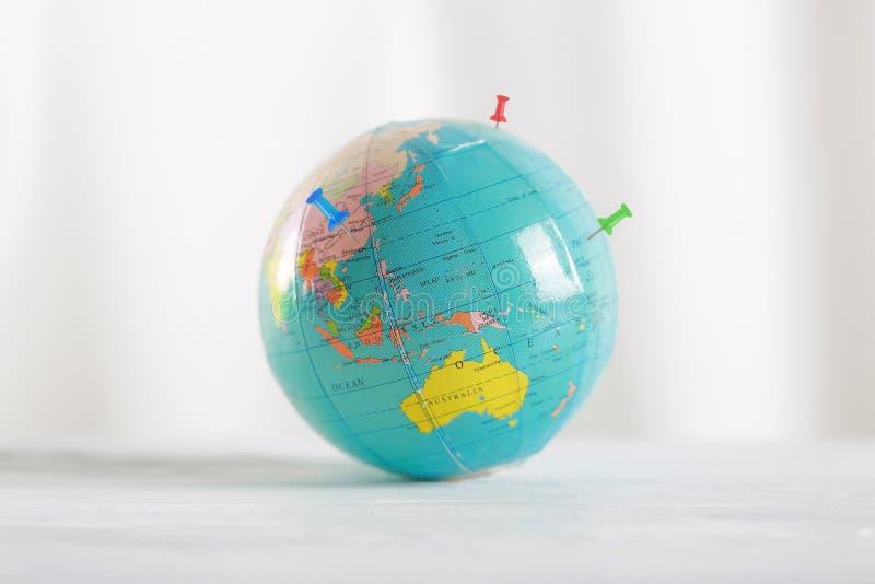 行星地球和别针 地球地球和五颜六色的地图标签 免版税库存照片
