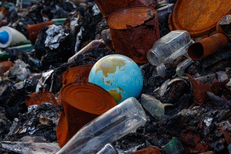 行星地球被投掷入垃圾堆 环境天概念 免版税库存照片