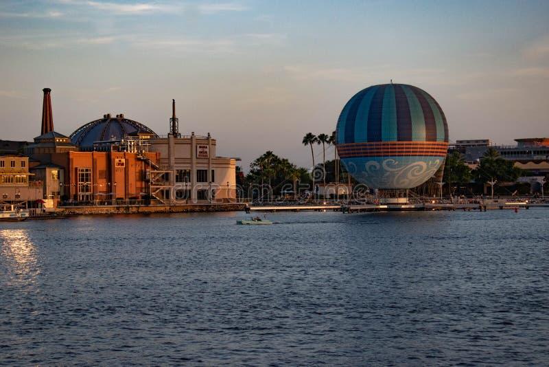 行星好莱坞,气球和出租汽车小船航行部份看法在迪斯尼春天在布埃纳文图拉湖3 库存照片