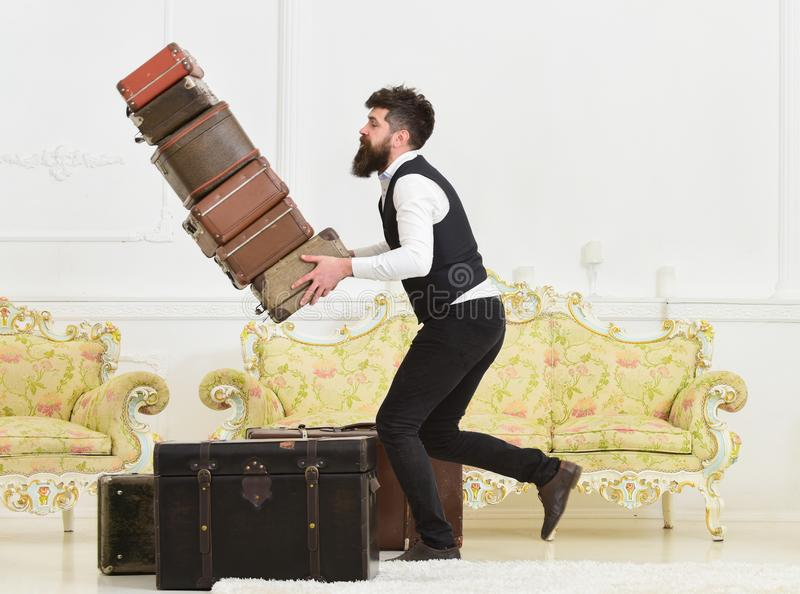 行李保险概念 搬运工,男管家偶然地绊倒了,投下堆葡萄酒手提箱 有胡子的人和 免版税库存图片