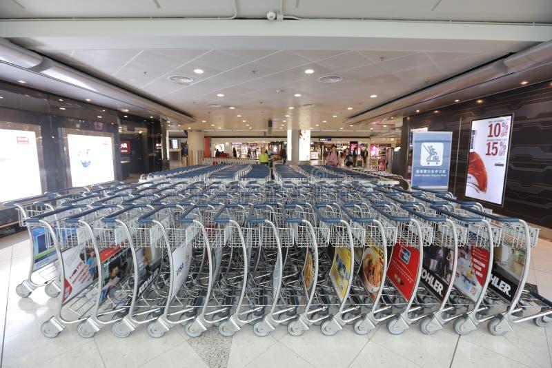 行李台车临近入口到香港机场 免版税库存照片