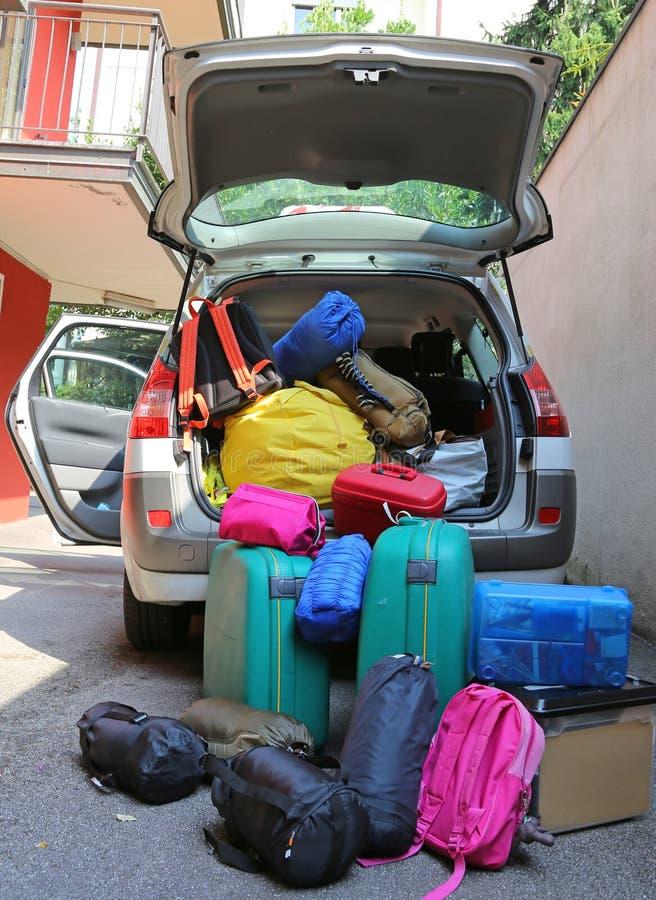 行李和手提箱在汽车离开的 库存图片