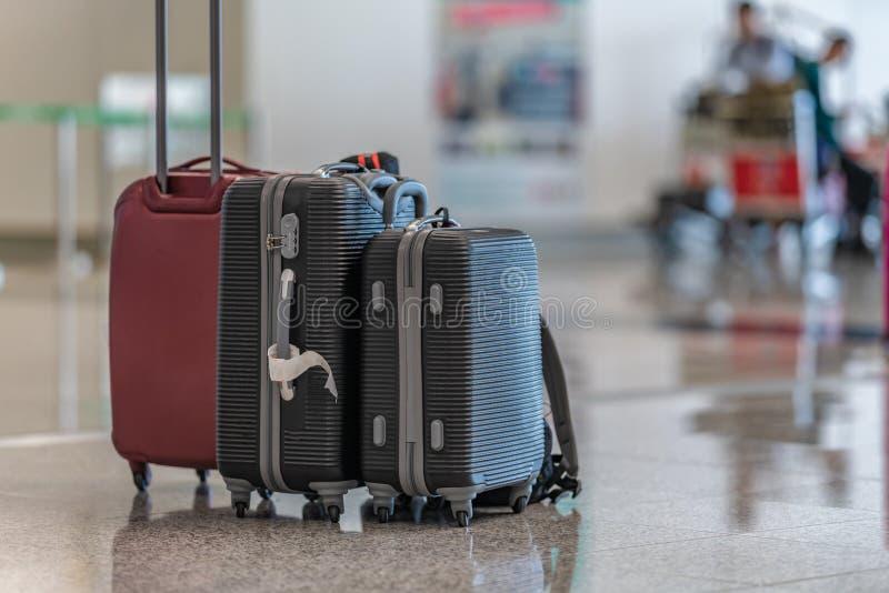 行李在机场终端的台车旅行包 免版税图库摄影