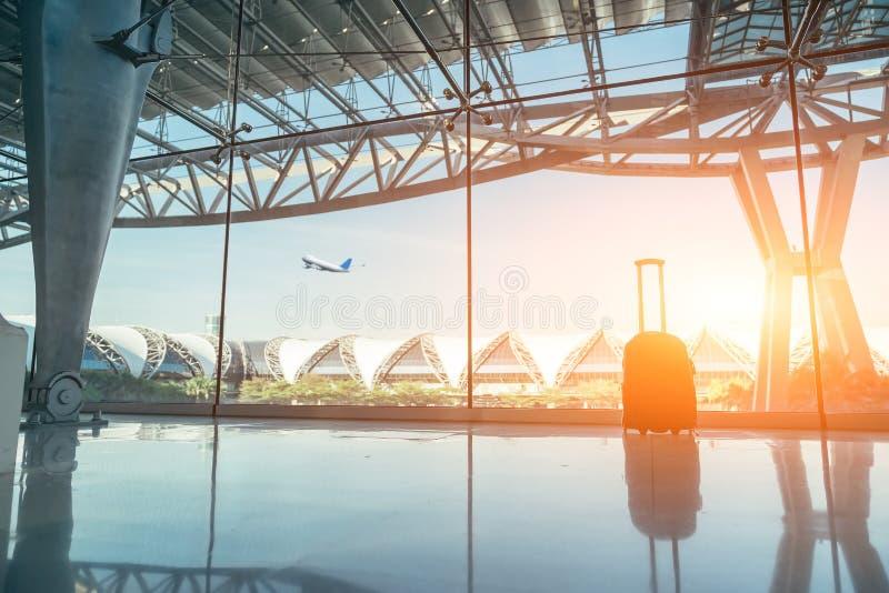 行李或手提箱剪影被安置在窗口 库存图片