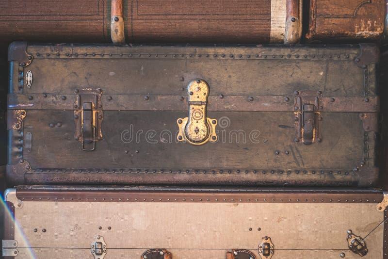 行李,葡萄酒手提箱-堆老手提箱 库存照片