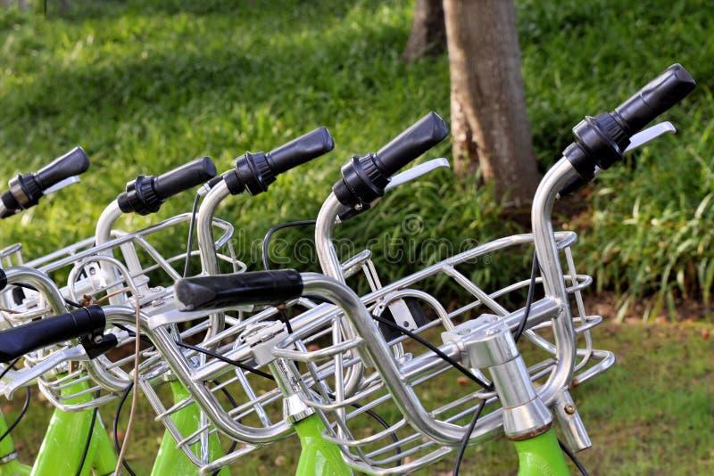 行自行车把柄酒吧和响铃特写镜头,自行车的图象ren 图库摄影