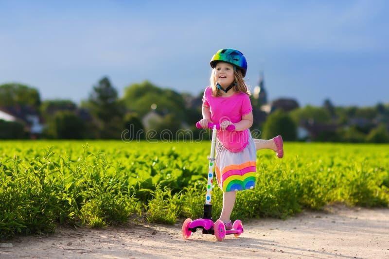 滑行车的小女孩 免版税库存图片