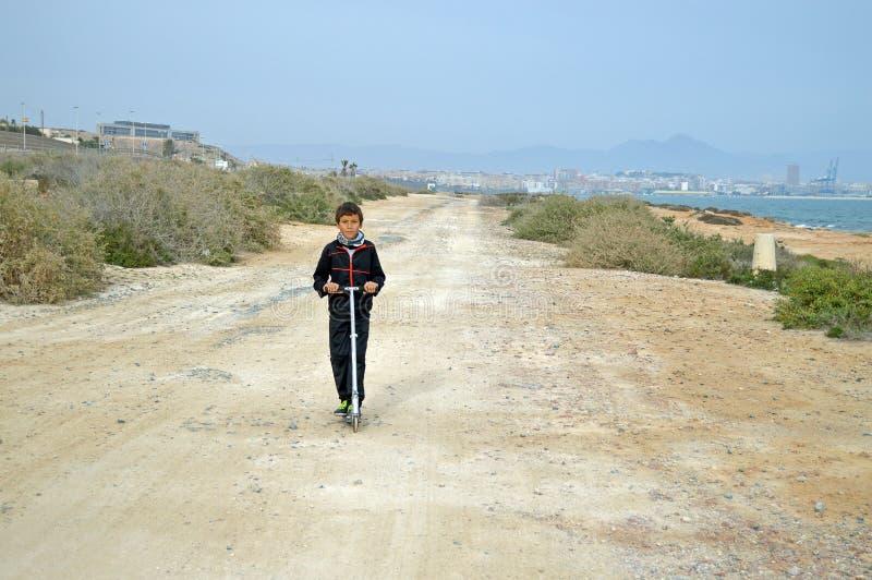 滑行车的男孩 库存图片