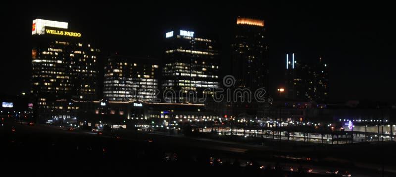 街市亚特兰大在晚上 库存照片
