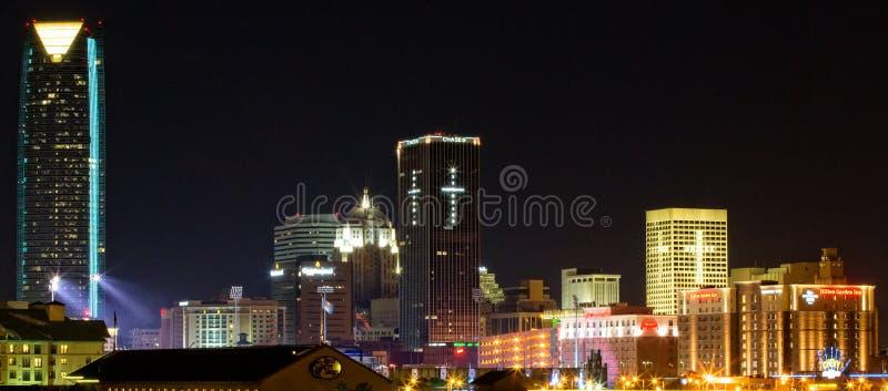 街市俄克拉何马市在晚上 免版税库存图片