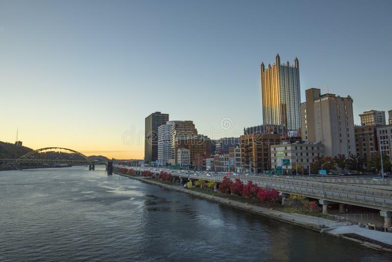 街市匹兹堡温暖的焕发在日落以后的 图库摄影
