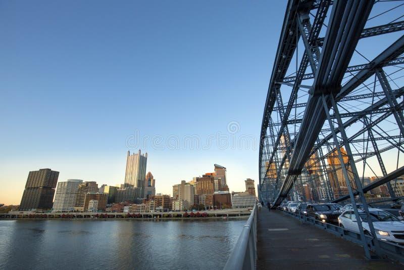 街市匹兹堡温暖的焕发在日落以后的 免版税库存照片