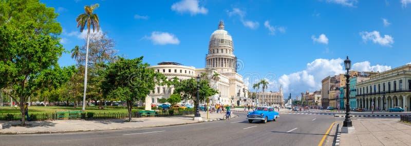 街市哈瓦那和著名国会大厦大厦看法  库存图片