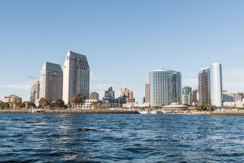 街市圣迭戈地平线和Embarcadero小游艇船坞公园北部 免版税库存照片
