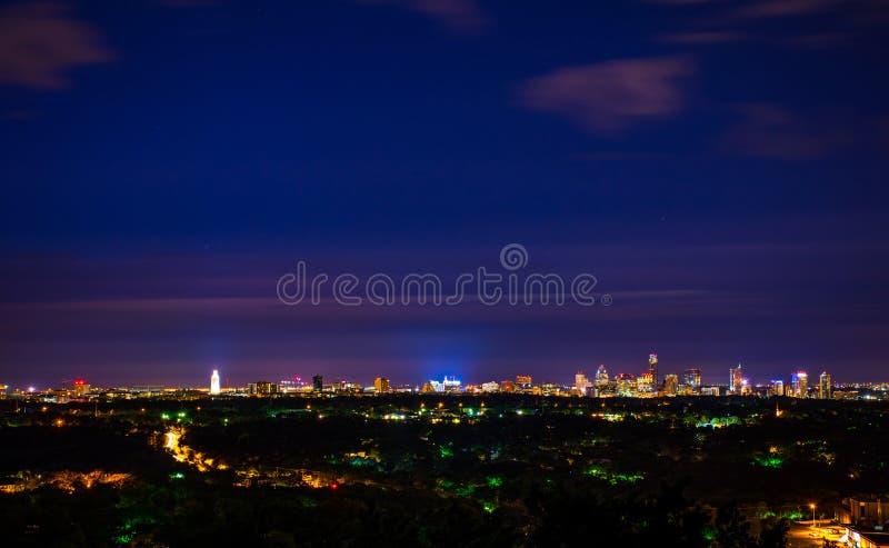 街市奥斯汀得克萨斯夜都市风景俯视的城市光 免版税图库摄影
