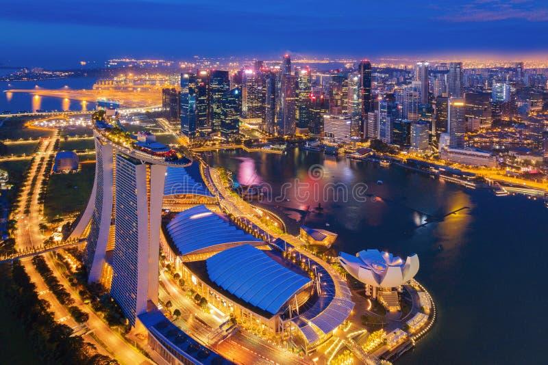 街市新加坡市鸟瞰图在小游艇船坞湾区 财政区和摩天大楼大厦在晚上 库存照片