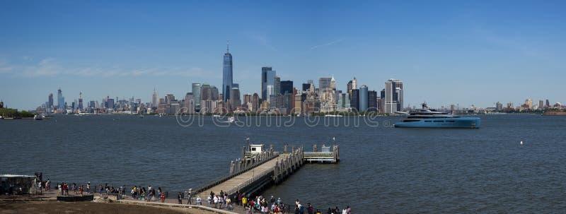 街市曼哈顿地平线全景从Libert雕象的  免版税库存图片