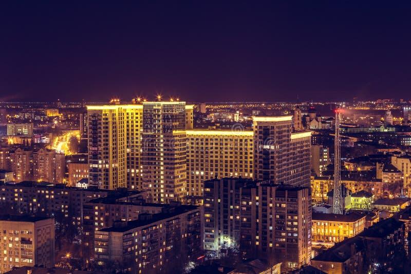 街市的沃罗涅日 从屋顶的夜都市风景 现代房子,旅馆,街道 免版税库存图片