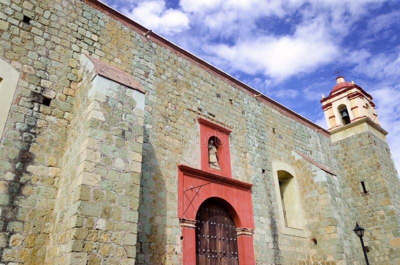 街市角落的教会,瓦哈卡 免版税库存照片