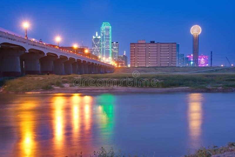 街市达拉斯,得克萨斯地平线在反射在三位一体Ri的晚上 图库摄影
