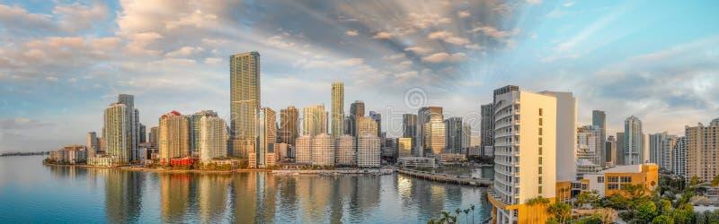 街市迈阿密和Brickell钥匙全景鸟瞰图在sunr的 免版税库存图片