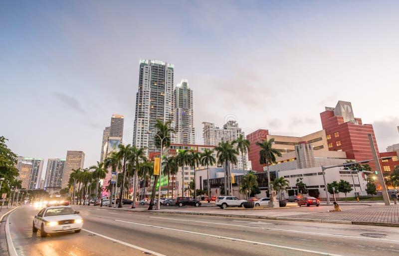 街市迈阿密街道和大厦在晚上 库存照片
