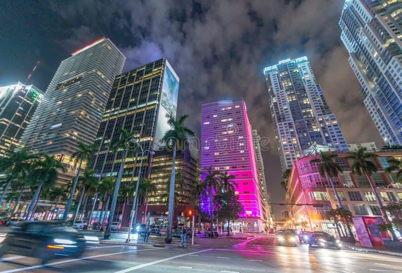 街市迈阿密街道和大厦在晚上 库存图片