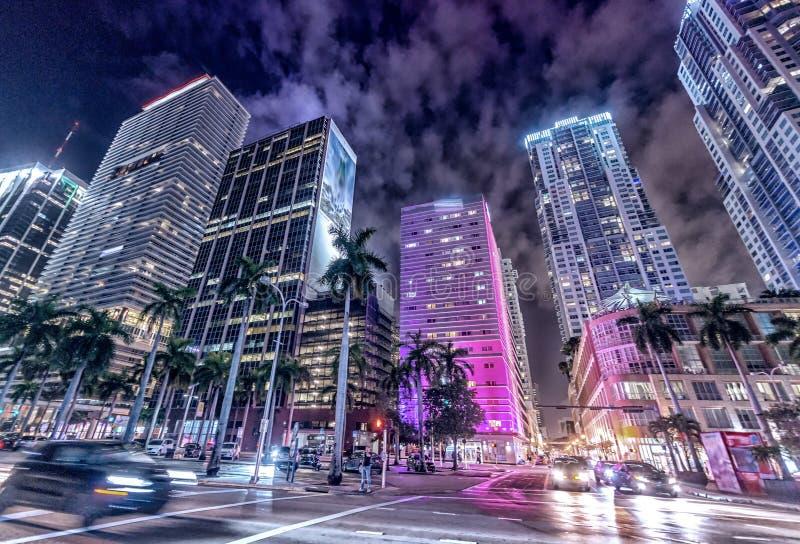 街市迈阿密街道和大厦在晚上 免版税库存图片