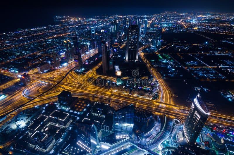 街市迪拜未来派市霓虹灯和回教族长zayed路 图库摄影