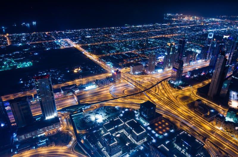 街市迪拜未来派市霓虹灯和回教族长zayed路 免版税库存图片