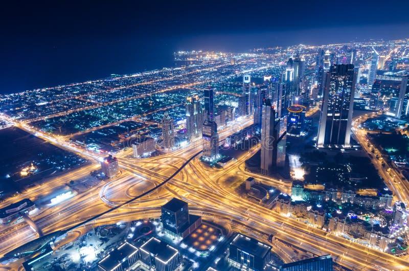 街市迪拜未来派市霓虹灯和回教族长zayed路 免版税库存照片