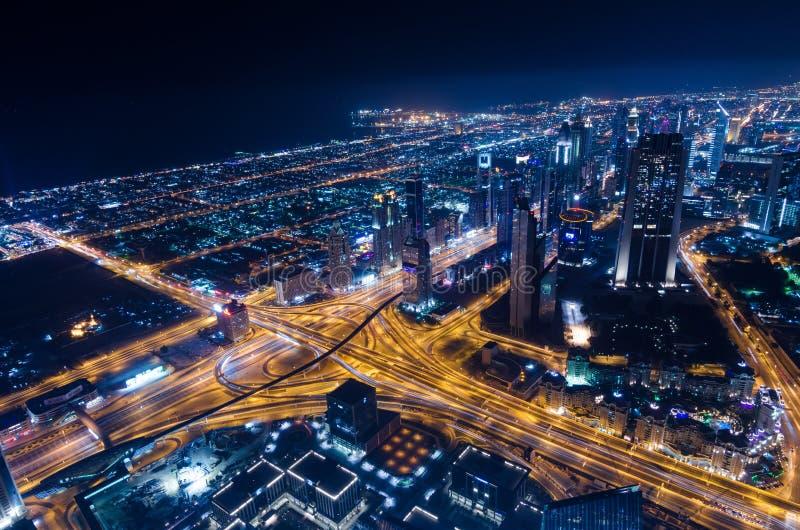 街市迪拜未来派市霓虹灯和回教族长zayed路 库存照片