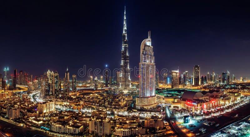 街市迪拜- 2014年6月3日-一个地平线视图迪拜购物中心、迪拜喷泉和最高的摩天大楼的 库存图片