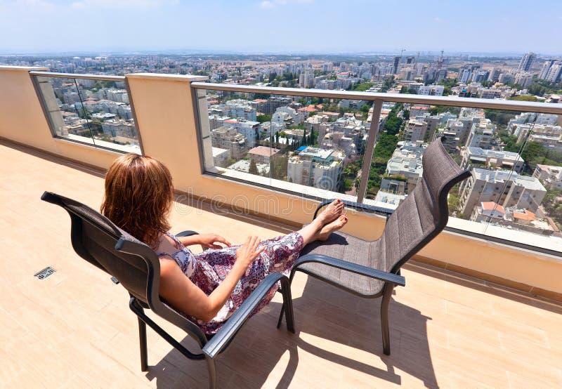 街市阳台的妇女 免版税图库摄影