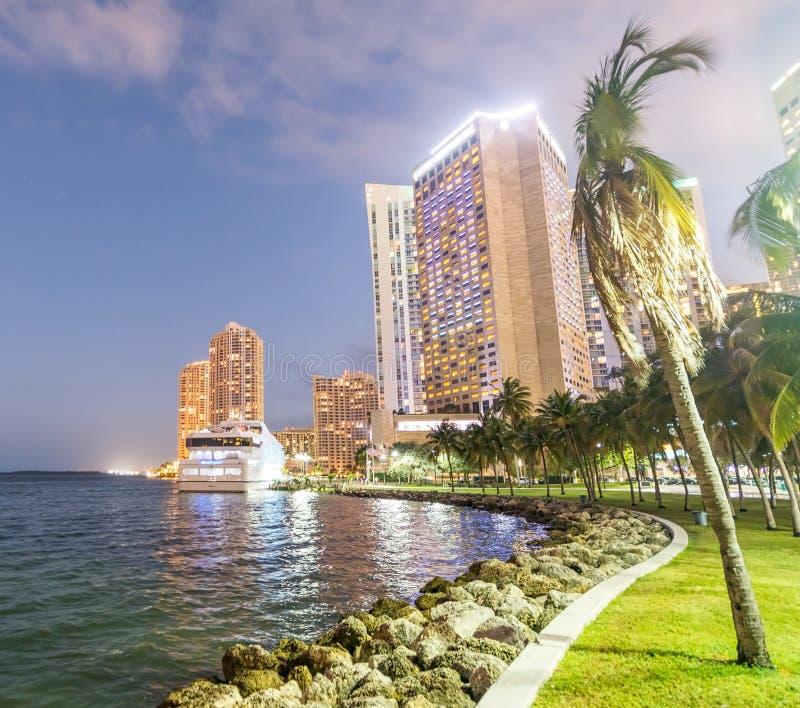 街市黄昏迈阿密 反对天空的城市大厦 图库摄影