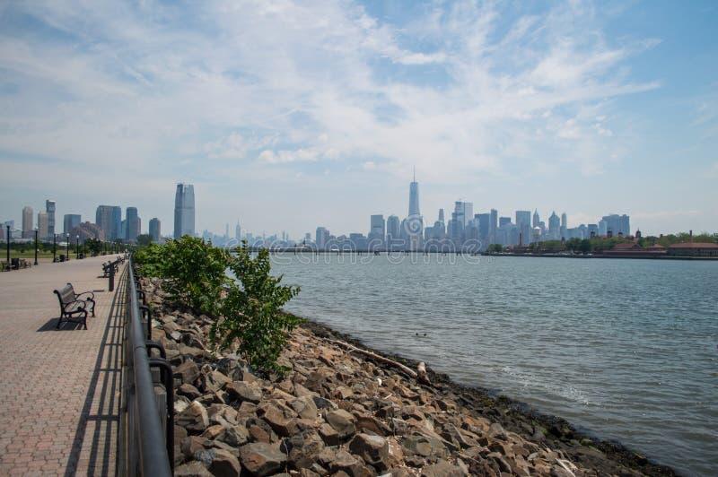 街市从自由国家公园看见的曼哈顿地平线和埃利斯岛在泽西市 库存图片