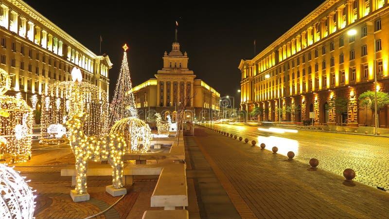 街市索非亚夜视图有圣诞节装饰的 建造者 免版税库存照片