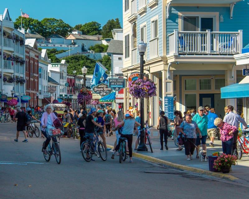 街市Mackinac海岛密执安拥挤的街充满游人 库存图片