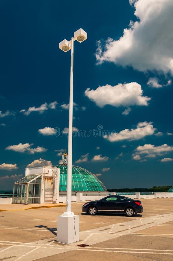 街灯和汽车在一个停车库顶部在Towson 免版税库存图片
